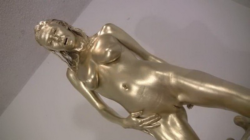 Golden Emma - Emma is covered in gold paint. Nov 07 2016. Messygirl.com (297 Mb)
