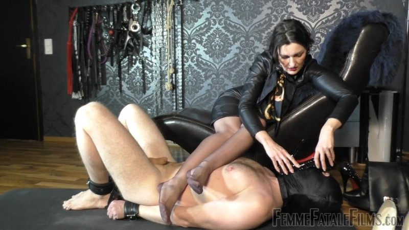 Sniffer Licker – Featuring Lady Victoria Valente. 14 Apr 2019. Femmefatalefilms.com (83 Mb)