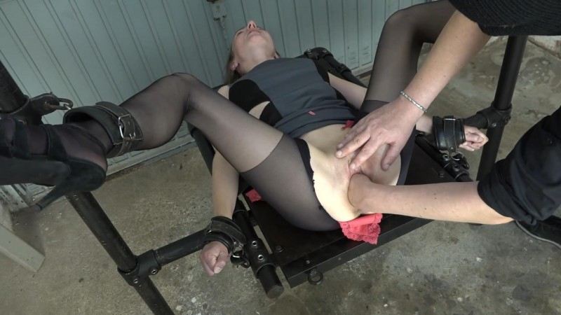 Fisting in the garage – Karina. 2019-08-21. Amateure-Xtreme.com (278 Mb)