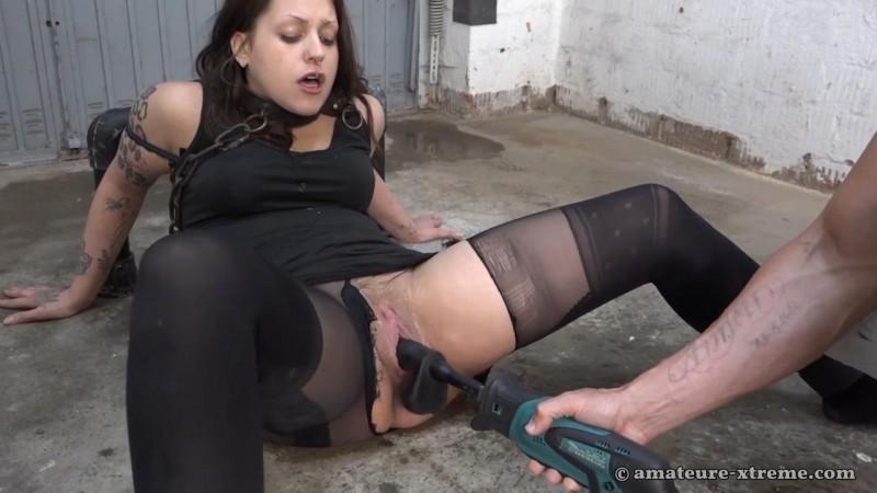 Samira in the garage. 2018-04-22. Amateure-Xtreme.com (94 Mb)