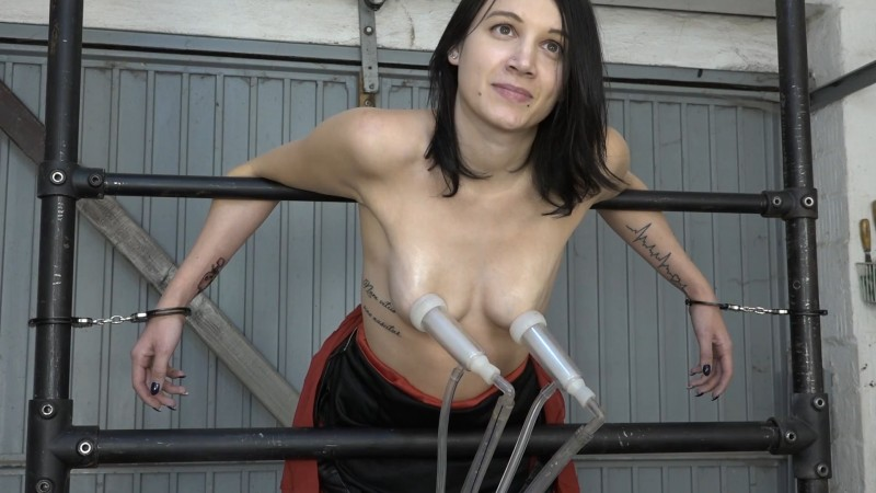First milking from Nyla. 2020-03-13. Amateure-Xtreme.com (183 Mb)