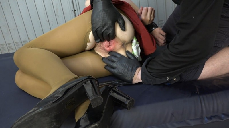 Fisting in the garage – Karina. 2020-10-09. Amateure-Xtreme.com (235 Mb)
