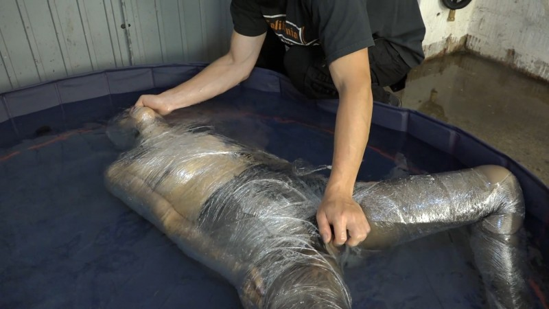 With cling film in the water - Aiyana. 2020-08-24. Amateure-Xtreme.com (978 Mb)