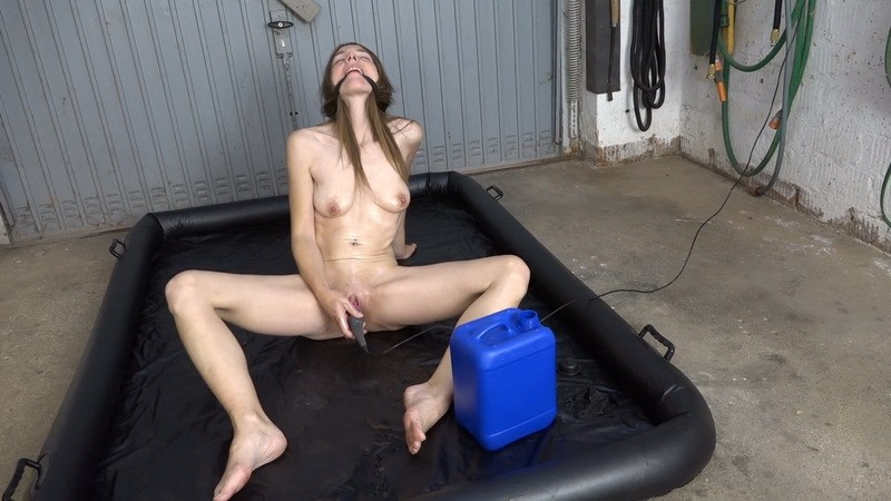 Fisting in oil - Karina. 2020-11-18. Amateure-Xtreme.com (129 Mb)